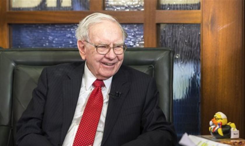 Fotografía de archivo del 2 de mayo de 2016 de Warren Buffett, presidente y director general de Berkshire Hathaway, durante una entrevista en Omaha, Nebraska. (FotoAP/John Peterson, Archivo)