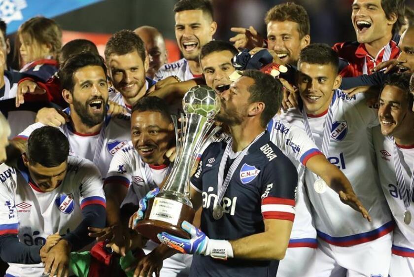 Jugadores del Nacional celebran la victoria en la Supercopa uruguaya al derrotar al Peñarol tras su juego en Montevideo (Uruguay). EFE