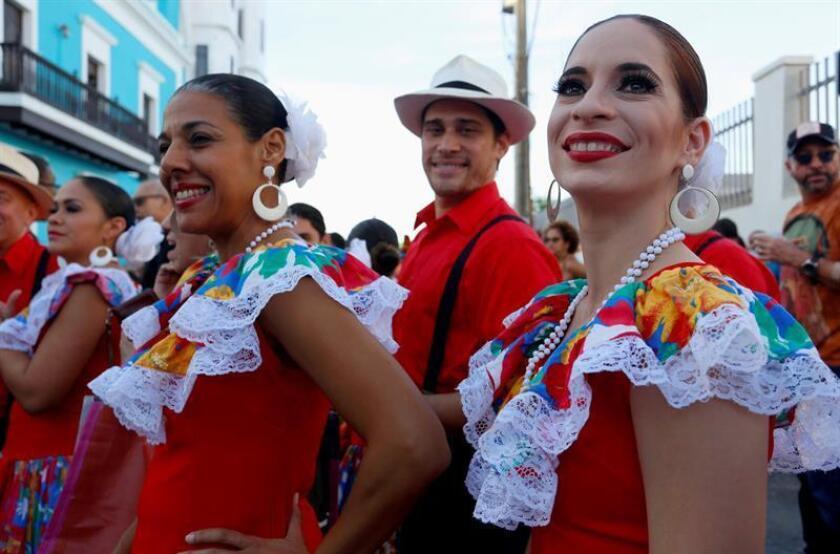 Un grupo artístico participa durante la inaguración de las Fiestas de la Calle San Sebastián en San Juan (Puerto Rico). EFE/Archivo
