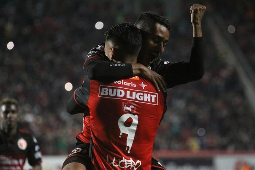 El jugador de Xolos Mateus Gonçalves (i) celebra un gol con un compañero durante el juego correspondiente a la jornada 8 del torneo mexicano ante Pumas, en el estadio Caliente de Tijuana. EFE