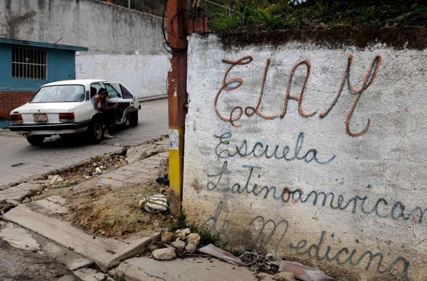 Una mujer sale de un coche al lado de la Escuela Latinoamericana de Medicina, en las afueras de Caracas, Venezuela. Una tercera parte del grupo de jóvenes palestinos que llegaron a Caracas como parte de un programa para ser formados como médicos han renunciado, quejándose de que el programa carece de rigor académico.