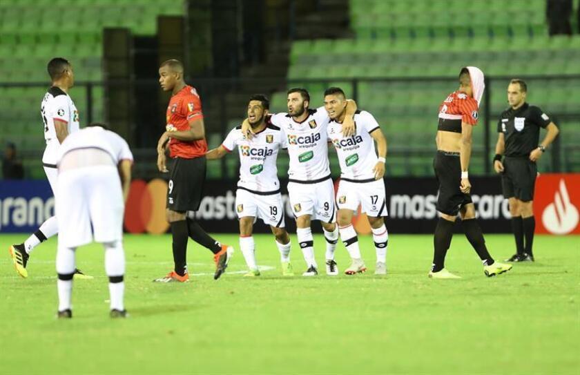 Jugadores de Melgar celebran este martes, al final del partido de la Copa Libertadores entre Caracas de Venezuela y Melgar de Perú, en el estadio Olímpico de la Universidad Central de Venezuela en Caracas (Venezuela). EFE