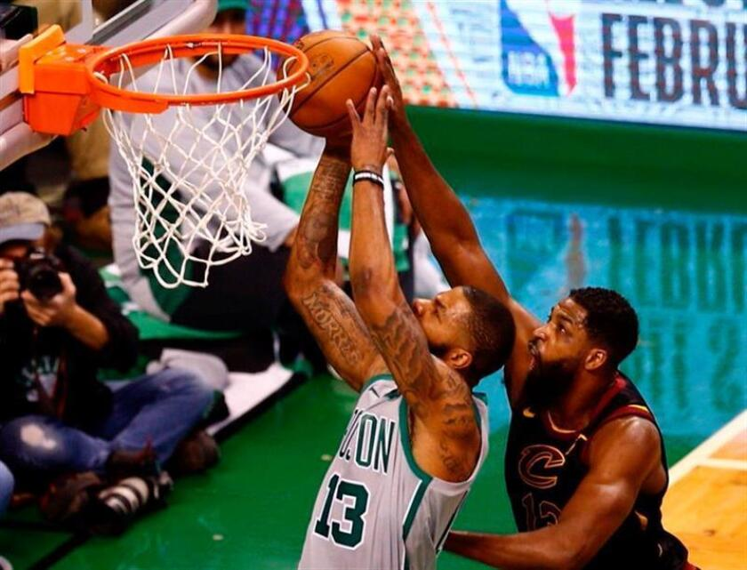 El jugador de los Celtics Marcus Morris (i), durante un partido. EFE/Archivo
