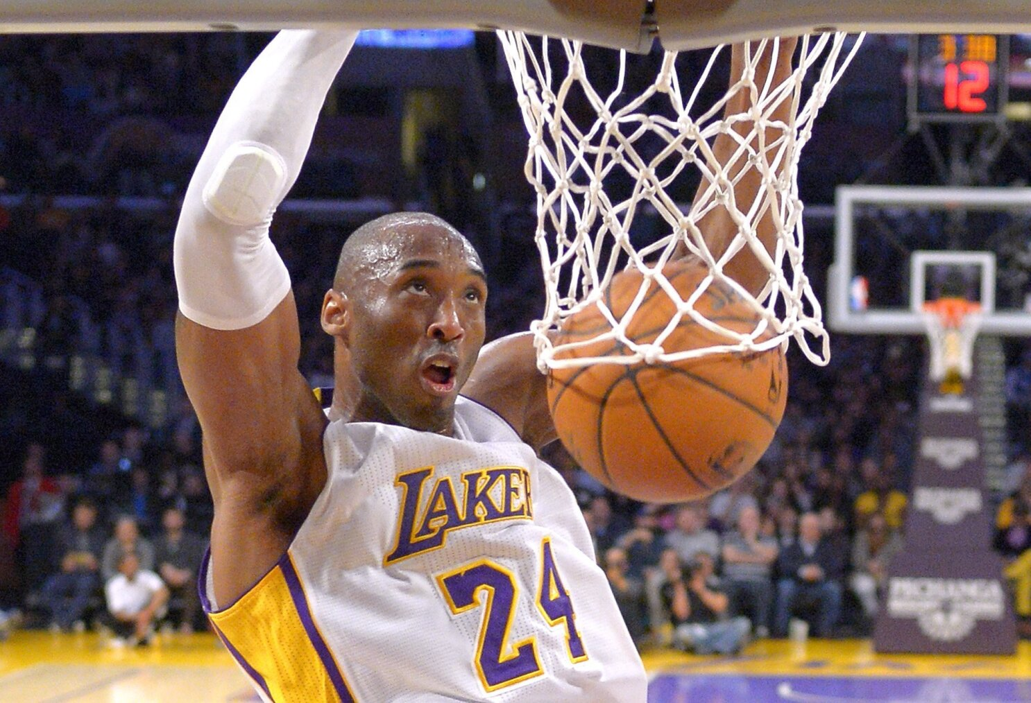 42912ecfa98e Kobe Bryant rallies Lakers past Pacers