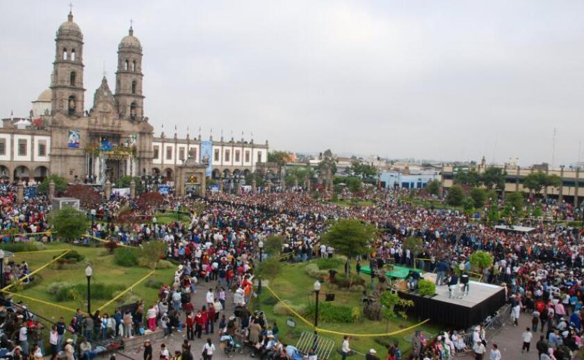 Imagen de archivo de miles de fieles congregados, en Zapopán, estado mexicano de Jalisco, durante una Romería de la Virgen de Zapopán, la segunda procesión religiosa más importante de México. EFE/Archivo