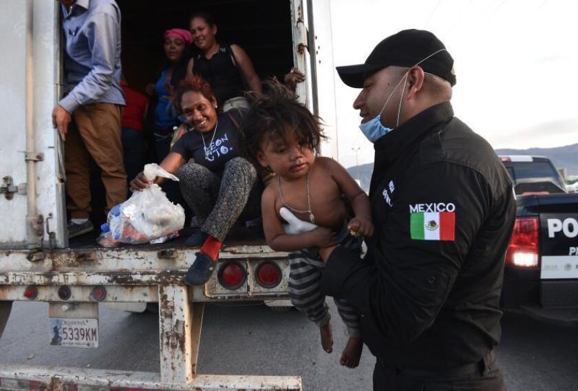 Migrantes se trasladan en la plataforma de un tráiler el domingo 03 de febrero de 2019 en Saltillo (México). EFE/Miguel Sierra/Archivo