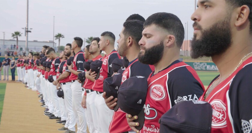 Miembros de los Tecolotes de los Dos Laredo, un equipo de béisbil profesional binacional