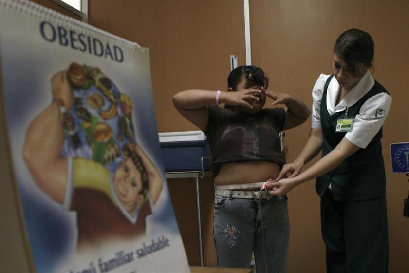 Fotografía en la que aparece una enfermera mientras revisa a una niña con sobre peso en Ciudad de México (México). EFE/Archivo