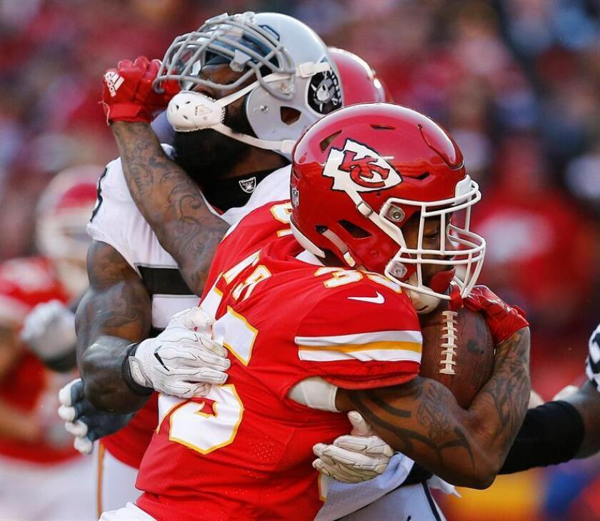 Kansas City Chiefs player Charcandrick West (R) scores a touchdown against Oakland Raiders NaVorro Bowman (L) in the second half of their NFL football game at Arrowhead Stadium in Kansas City, Missouri, USA, 10 December 2017. EFE