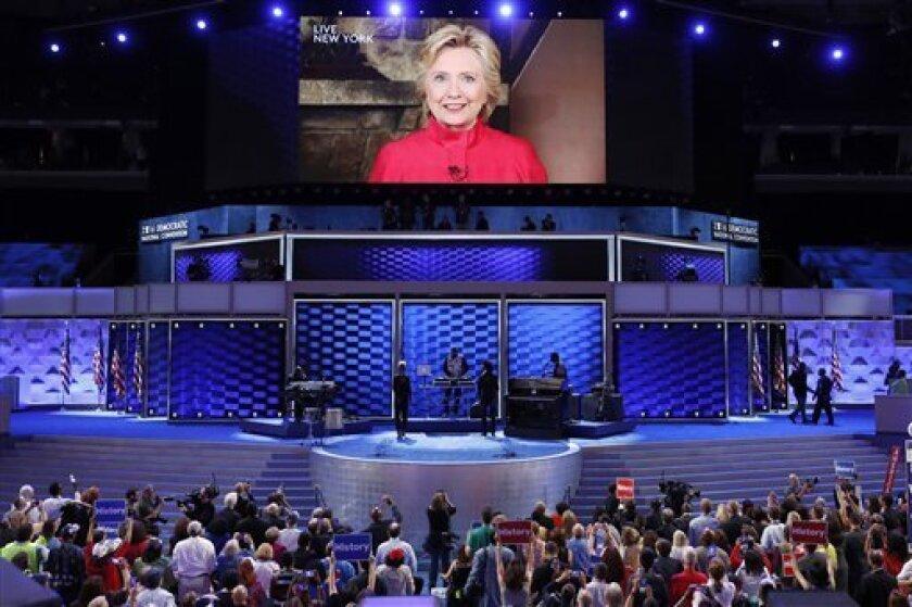 La candidata demócrata a la presidencia de EEUU, Hillary Clinton, aparece en una pantalla grande para agradecer a los delegados en el segundo día de la Convención Nacional Demócrata en Filadelfia, el martes 26 de julio de 2016. (AP Foto/J. Scott Applewhite)