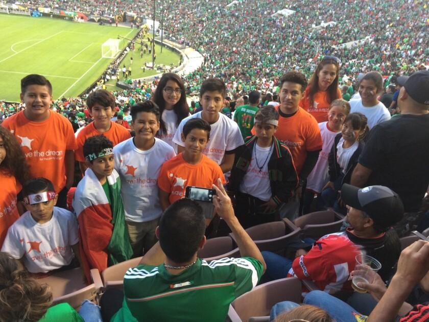 Organización regaló boletos a 30 chicos para juego de México en Pasadena.