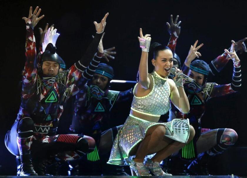 """La cantante estadounidense Katy Perry durante el concierto ofrecido en el Palau Sant Jordi de Barcelona, con el que inició su gira europea de presentación de su último disco, """"Prism"""", el 16 de febrero de 2015. EFE/Andreu Dalmau/Archivo"""
