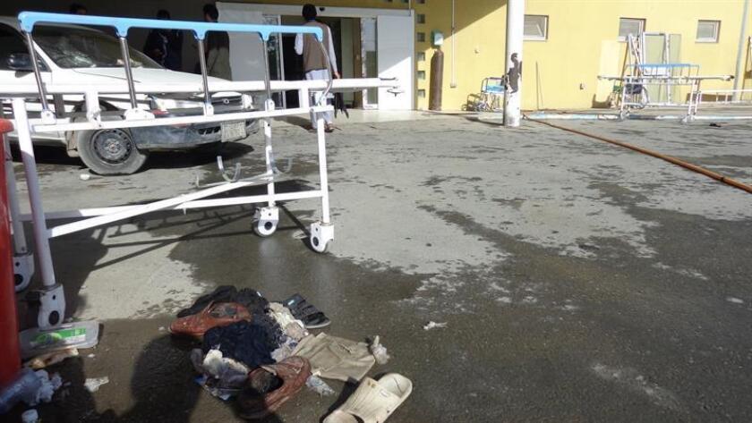 """El Consejo de Seguridad de la ONU condenó hoy los ataques terrorista que han sacudido Afganistán en la última semana que han dejado al menos 48 muertos, los cuales calificó de """"atroces y cobardes"""". Pertenencias de las víctimas de un ataque suicida yacen en el suelo, fuera del hospital donde fueron desplazadas, en la provincia de Paktia (Afganistán), hoy, 3 de agosto de 2018. EFE/ARCHIVO"""