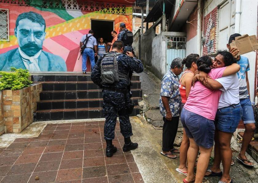 Policías Federales resguardan el lugar donde fue asesinado el líder comunitario Luis Antonio Terrazas Valente hoy, viernes 15 de junio de 2018, en Acapulco (México). EFE
