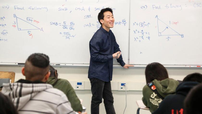 Anthony Yom, en una clase de precálculo en Lincoln High School, en Los Ángeles (Barbara Davidson /Los Angeles Times).