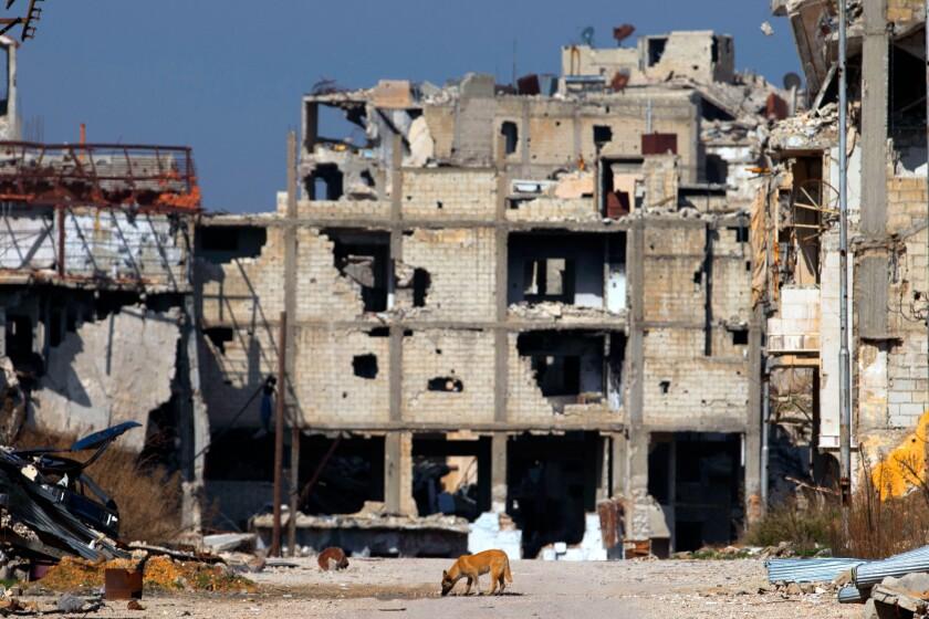 Una escena de la dstruccón en la ciudad siria de Homs. Ese mismo día, oleadas de aviones de guerra atacaron el viernes los suburbios de la capital siria y la región de la ciudad norteña de Alepo, horas antes de que entre en efecto un cese de fuego mediado por Estados Unidos y Rusia.(AP Foto/Hassan Ammar)