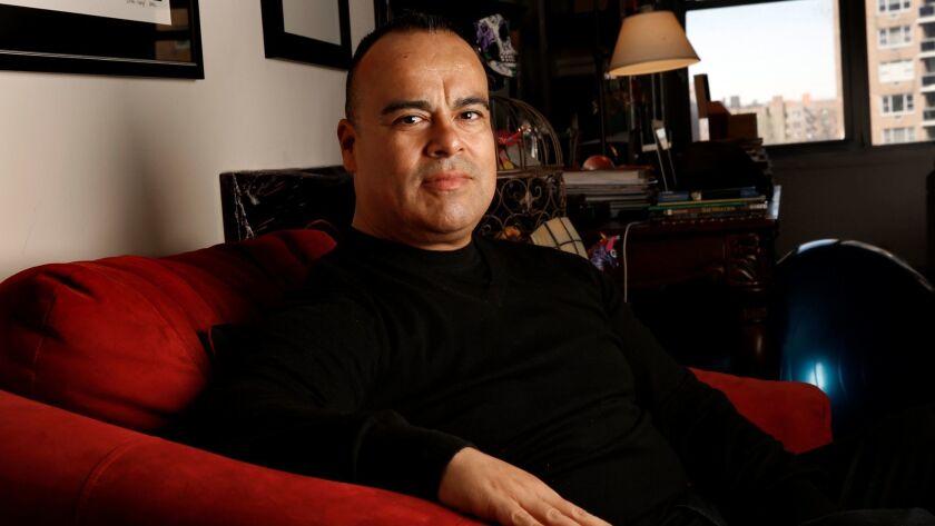 Rigoberto González en su casa de Queens, N.Y.