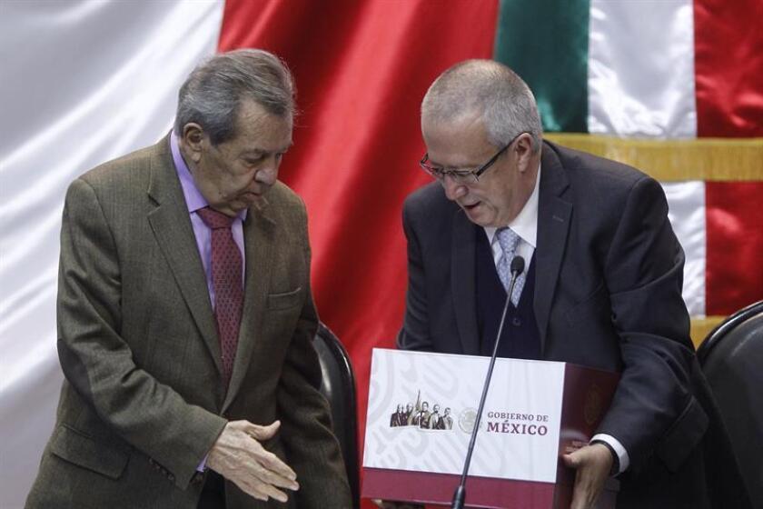 El presidente de la mesa Directiva de la Cámara de Diputados (i), Porfirio Muñoz Ledo, recibe del Secretario de Hacienda, Carlos Urzua (d), el paquete económico 2019, el sábado 16 de diciembre de 2018, en la Cámara de Diputados en Ciudad de México (México). EFE/Archivo