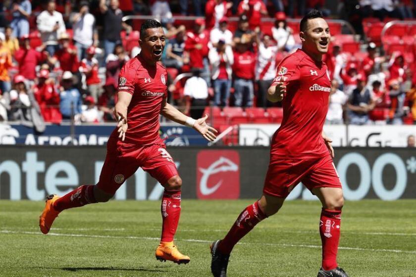 El jugador de Toluca Fernando Uribe (i) celebra un gol en el estadio Nemesio Diez en la ciudad de Toluca (México). EFE/Archivo