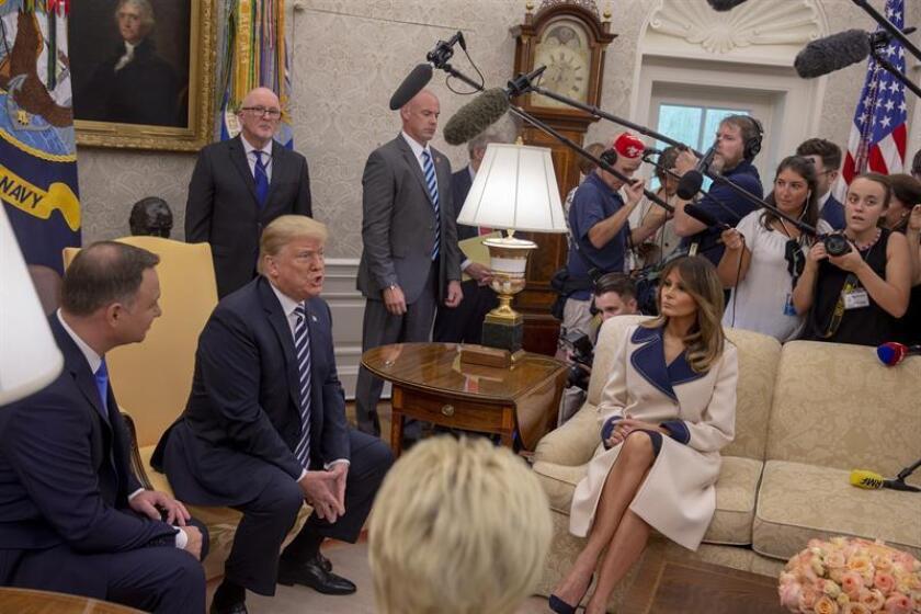 El presidente de Polonia, Andrzej Duda (i), se reúne con el presidente estadounidense, Donald Trump (2i), y la primera dama estadounidense, Melania Trump (c-d), en la Oficina Oval de la Casa Blanca hoy, martes 18 de septiembre de 2018, en Washington (EE.UU.). EFE/POOL