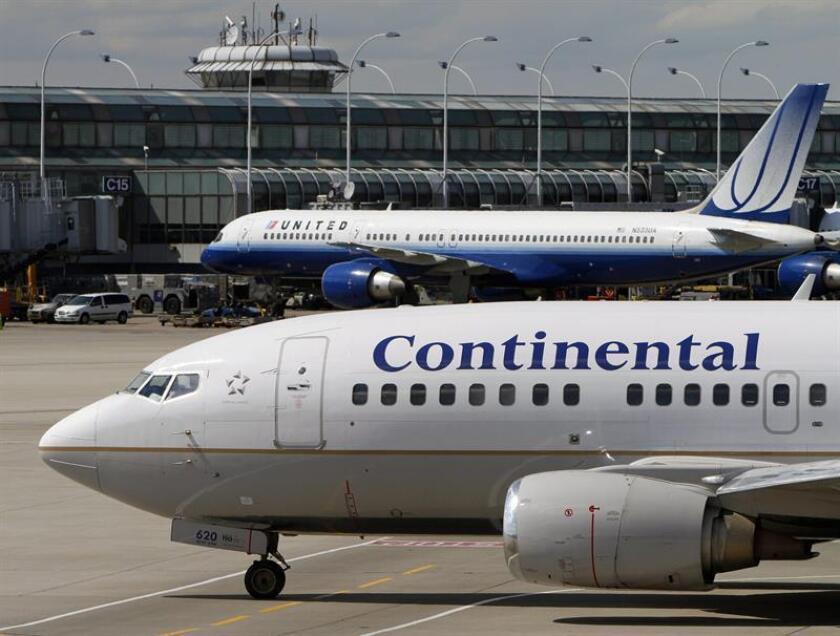 Detalle de un avión de Continental Airlines junto a otros de United Airlines, en el aeropuerto internacional de Chicago (Estados Unidos). EFE/Archivo
