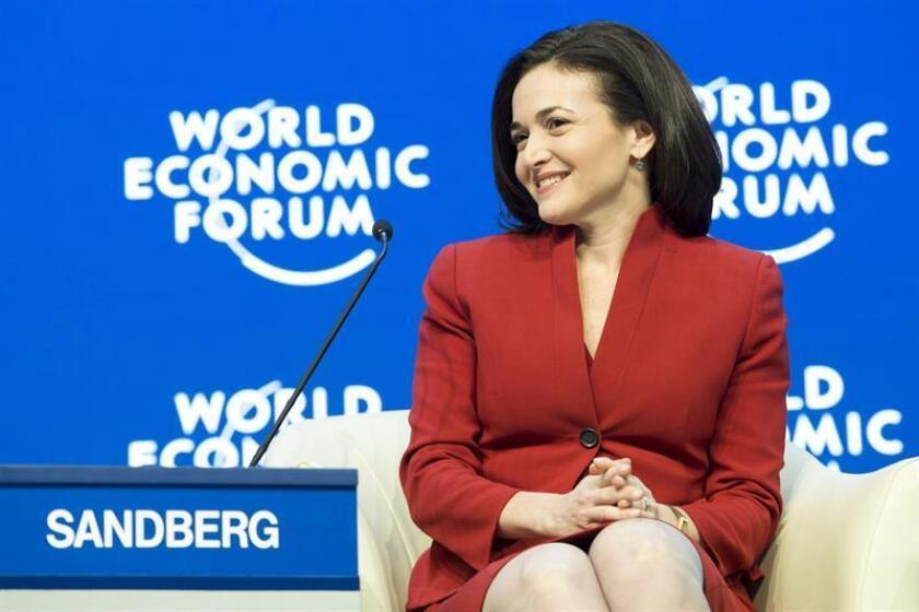 La ejecutiva de Facebook Sheryl Sandberg sonríe durante la 45 edición del Foro Económico Mundial (WEF), en Davos (Suiza).