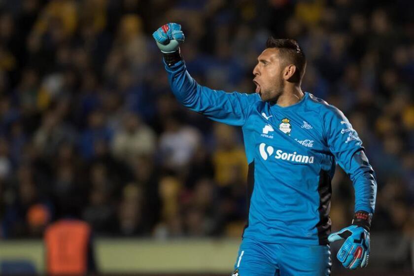 El portero de Santos Laguna, Jonathan Orozco, celebra un gol durante un partido. EFE/Archivo