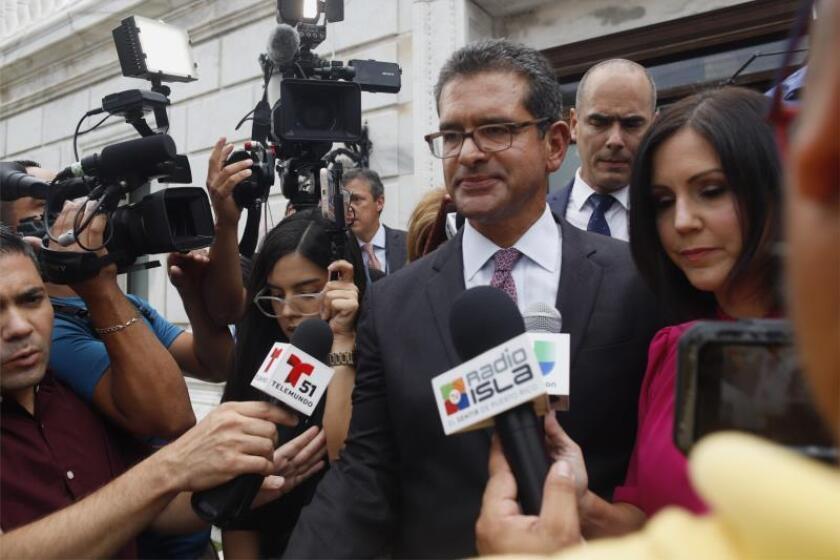El abogado Pedro Pierluisi, propuesto como secretario de Estado, conversa con los medios este jueves a su salida del Capitolio de San Juan (Puerto Rico). EFE/ Thais Llorca