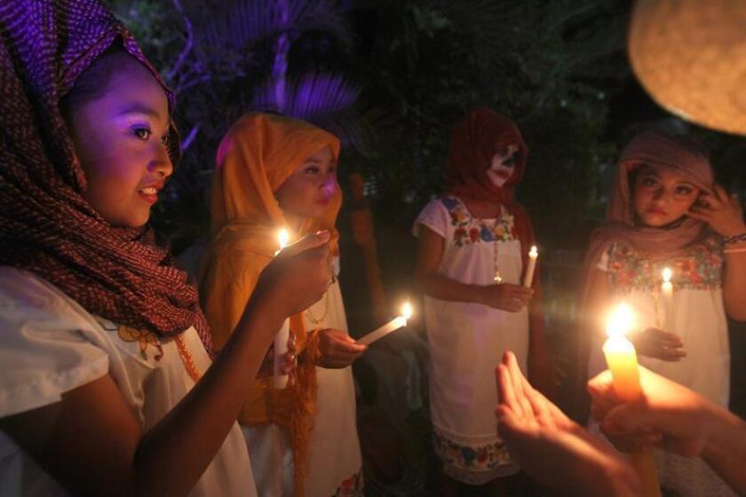 Niños y jóvenes participan en el desfile de las ánimas durante el inicio de las celebraciones de los fieles difuntos hoy, miércoles 31 de octubre de 2018, en el poblado de Kantunilkin, en el estado de Quintana Roo (México). EFE