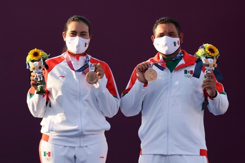 Alejandra Valencia y Luis Álvarez apuntan y aciertan en la medalla de bronce EFE/EPA/DIEGO AZUBEL