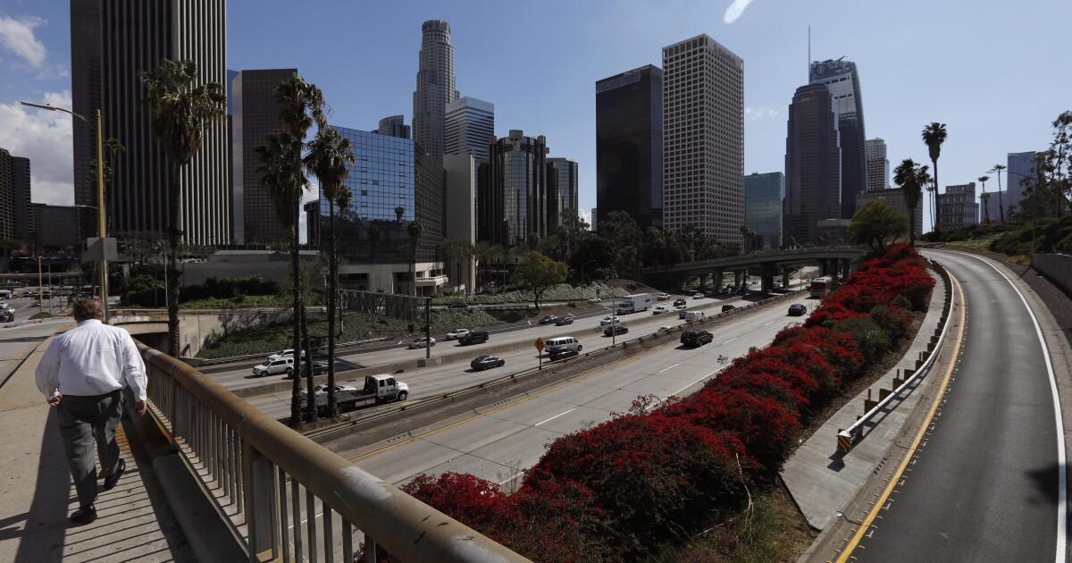 Παράξενα άδειο αυτοκινητόδρομους: Ένα σύμβολο του πώς ο κορονοϊός έχει βλάψει Λος Άντζελες