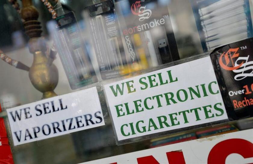 """La Administración para Alimentación y Fármacos (FDA, en inglés) lanzó recientemente una campaña para frenar la venta de """"e-cigarrillos"""" a menores de edad y ha acusado a los fabricantes y comerciantes de contribuir a la expansión de esta """"epidemia"""" entre niños y adolescentes. EFE/Archivo"""