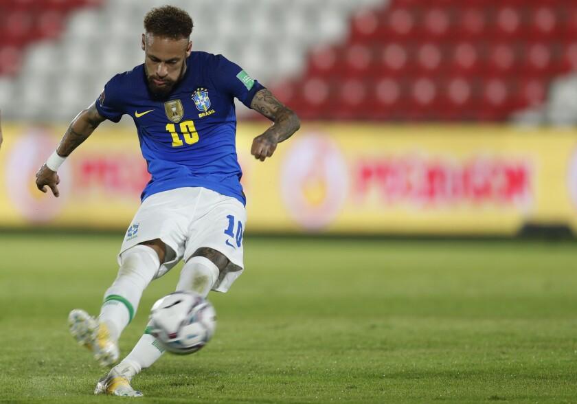 Neymar, de la selección de Brasil, ejecuta un tiro libre durante un partido de la eliminatoria