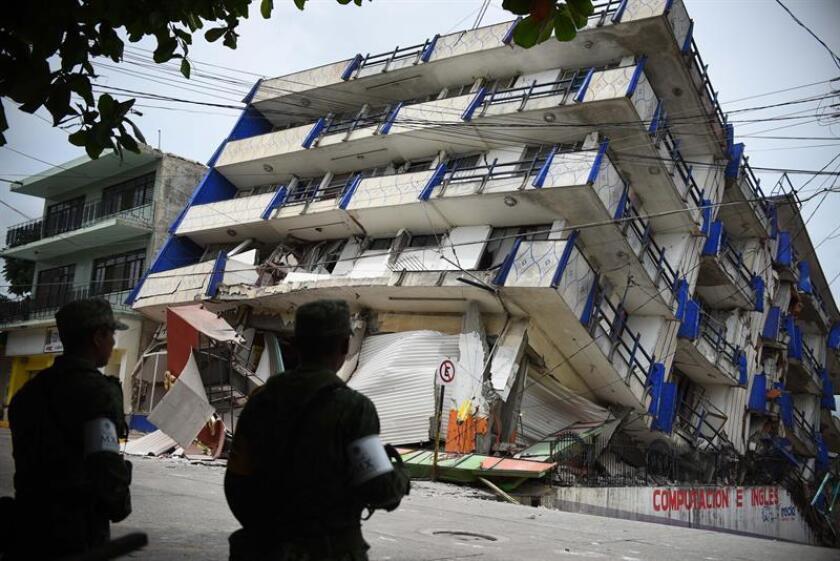 Militares observan los daños causados por un sismo en el municipio de Matías Romero, en el estado mexicano de Oaxaca (México). EFE/Archivo