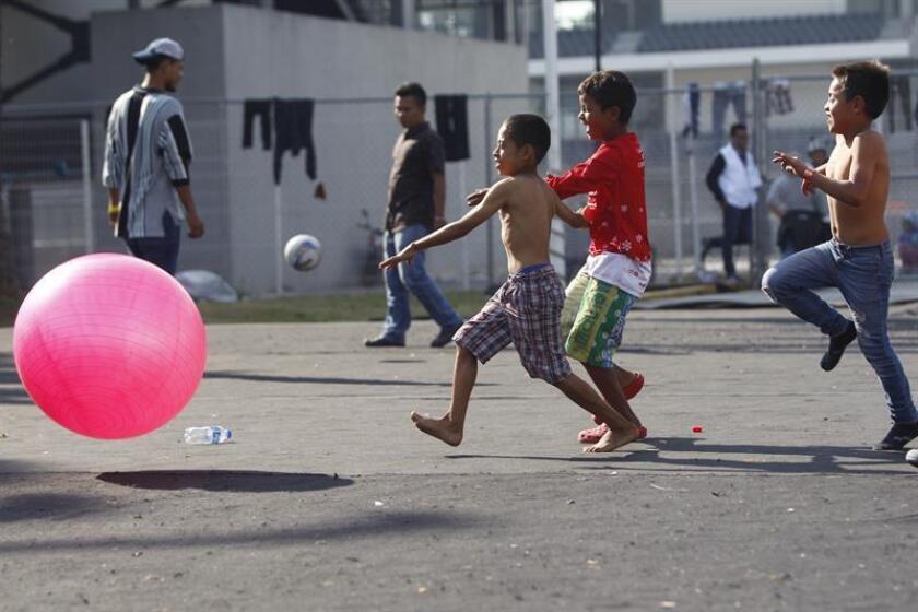 Niños que hacen parte de la caravana de migrantes juegan en el deportivo Jesús Martínez, en Ciudad de México (México), el miércoles 7 de noviembre de 2018. EFE/Archivo