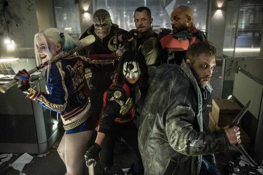 """Los protagonistas de """"Suicide Squad"""", la nueva película de Warner Bros., incluyen a Margot Robbie (izq.) y Will Smith (der. al fondo), quienes son en realidad los únicos que destacan abiertamente."""