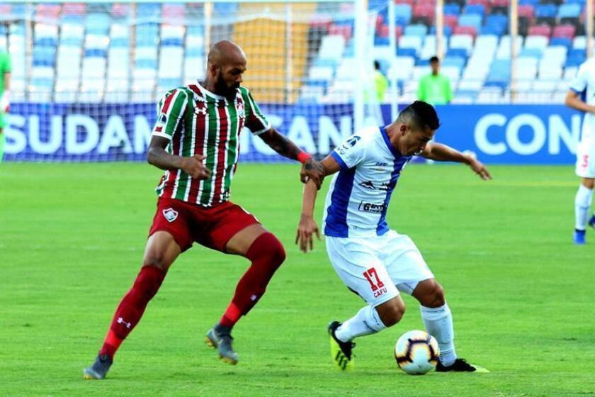 Bruno Henrique (i) de Fluminense disputa el balón con Felipe Flores (d) de Antofagasta durante un partido por la primera fase de la Copa Sudamericana entre el Club de Deportes Antofagasta de Chile y el Fluminense Football Club de Brasil este jueves, en el Estadio Regional Calvo y Bascuñán de Antofagasta (Chile). EFE