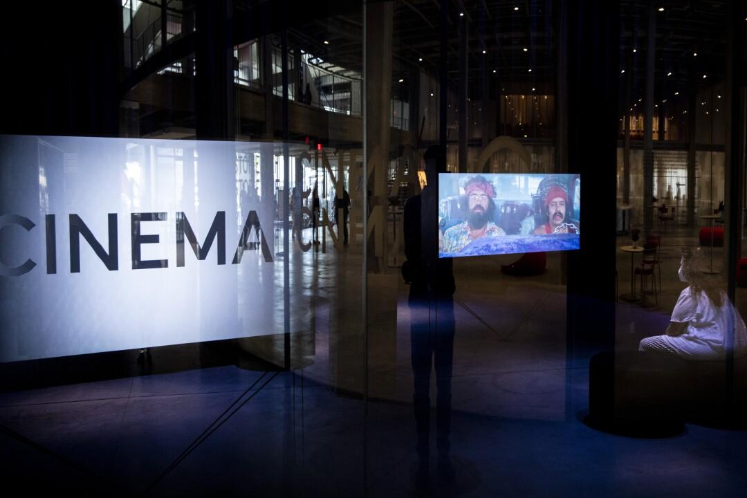 Un visitante observa una escena de la película Cheech and Chong, dentro de la Galería de la Familia Spielberg.