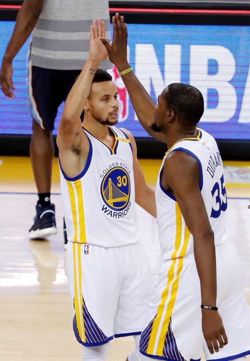 Los jugadores de Golden State Warriors Kevin Durant (dcha) y Stephen Curry (izda) durante un partido. EFE/Archivo