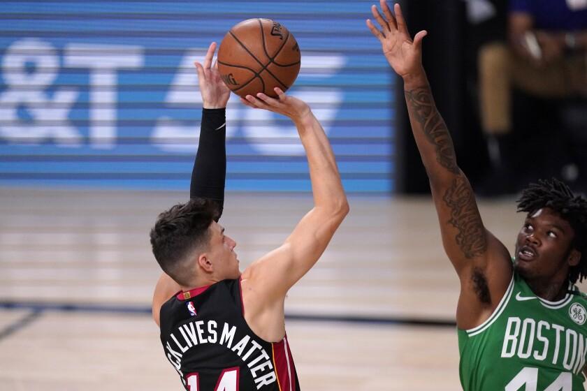 Tyler Herro del Heat de Miami lanza el balón mientras lo defienda Robert Williams III de los Celtics de Boston en el juego 4 de las finales de la Conferencia Este el miércoles 23 de septiembre del 2020. (AP Photo/Mark J. Terrill)