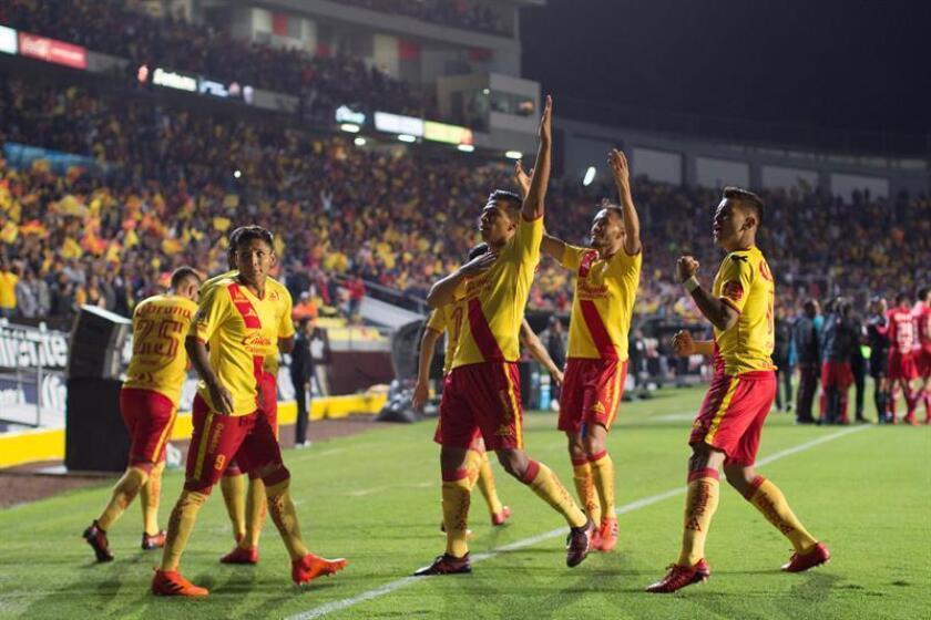 Vista de jugadores del equipo Morelia festejando una anotación. EFE/Archivo