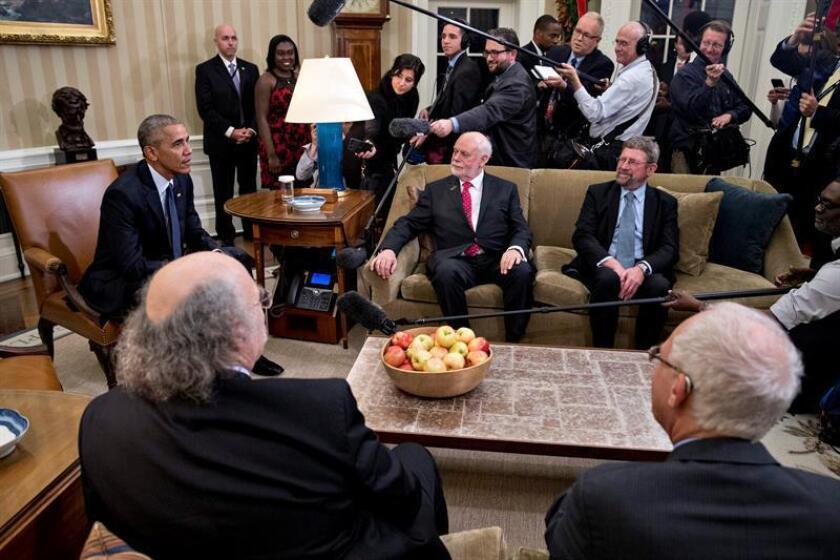 El presidente de los Estados Unidos, Barack Obama, se reúne con los ganadores estadounidenses de los Premios Nobel 2016, Oliver Hart (d), en Economía; F. Duncan Haldane (2-i), en Física; J. Fraser Stoddart (c), y F. Duncan Haldane (2-d), en Física, hoy, miércoles 30 de noviembre de 2016, en la Oficina Oval de la Casa Blanca, en Washington (DC, EE.UU.). Los premios anuales en física, química, medicina, paz y literatura fueron establecidos por Alfred Nobel, el sueco inventor de la dinamita, quien murió en 1896. EFE/POOL