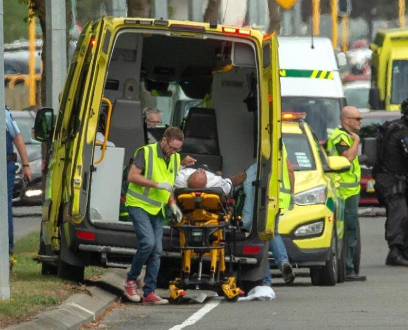 Un herido es trasladado en ambulancia tras el tiroteo perpetrado este viernes en dos mezquitas en la ciudad de Christchurch, Nueva Zelanda. EFE/ Martin Hunter/PROHIBIDO SU USO EN NUEVA ZELANDA