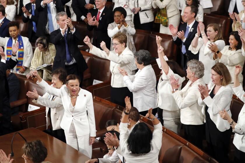 Las mujeres demócratas en el Congreso vistieron de blanco para reconocer el derecho al sufragio.