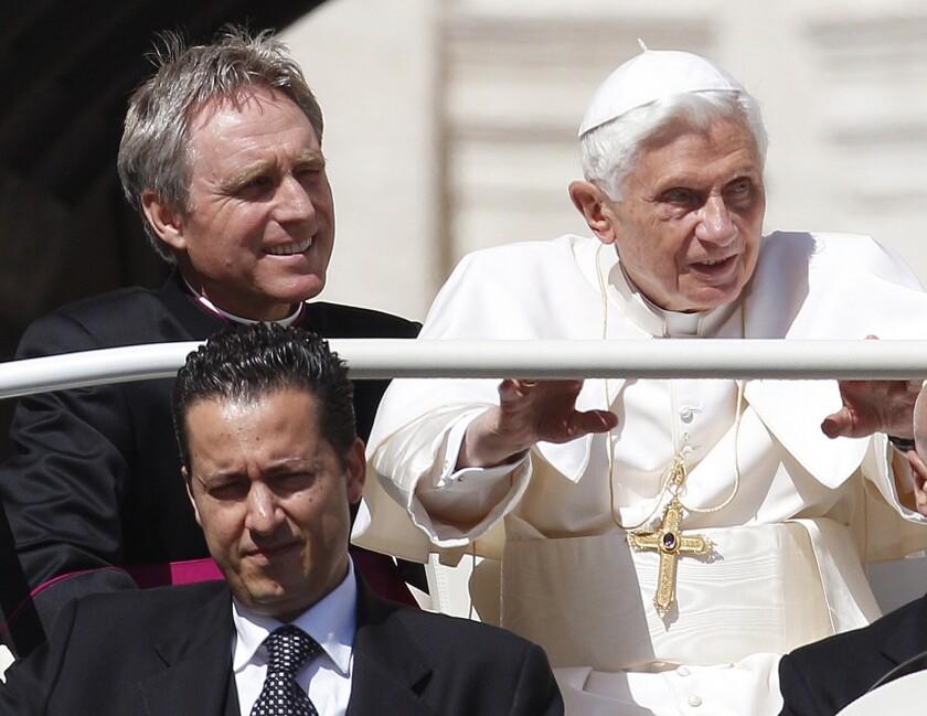 Paolo Gabriele, el entonces mayordomo del papa Benedicto XVI, abajo a la izquierda frente al papa en la Plaza San Pedro en el Vaticano, el 2 de mayo del 2012. (AP Photo/Alessandra Tarantino, File)