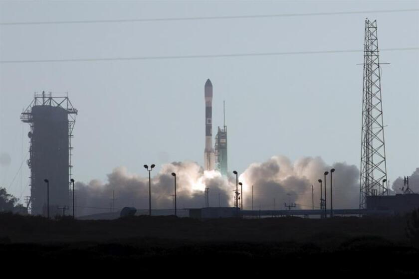 Un cohete Falcon 9 de la compañía aeroespacial SpaceX despegó hoy con éxito desde la base aérea de Vandenberg, en California, el primer lanzamiento de la empresa desde que un cohete similar no tripulado explotase el pasado septiembre en Cabo Cañaveral (Florida). EFE/ARCHIVO