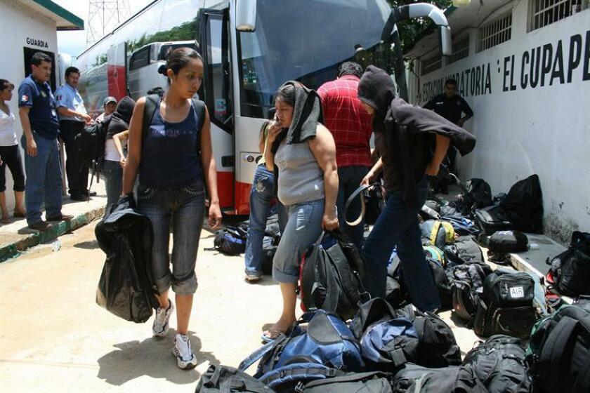 Un grupo de 248 inmigrantes indocumentados que viajaban amontonados a bordo de dos autobuses fueron detenidos el 2 de julio de 2008, en Chiapas, sur de México, cerca de la frontera con Guatemala. Las autoridades del municipio de Tecpatán detallaron que los migrantes, originarios todos ellos del país vecino, llevaban más de dos días sin comer y presentaban síntomas severos de deshidratación y riesgo de asfixia. EFE/Archivo