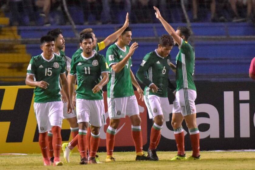 En la imagen, jugadores de la selección de México celebran tras anotar un gol. EFE/Archivo