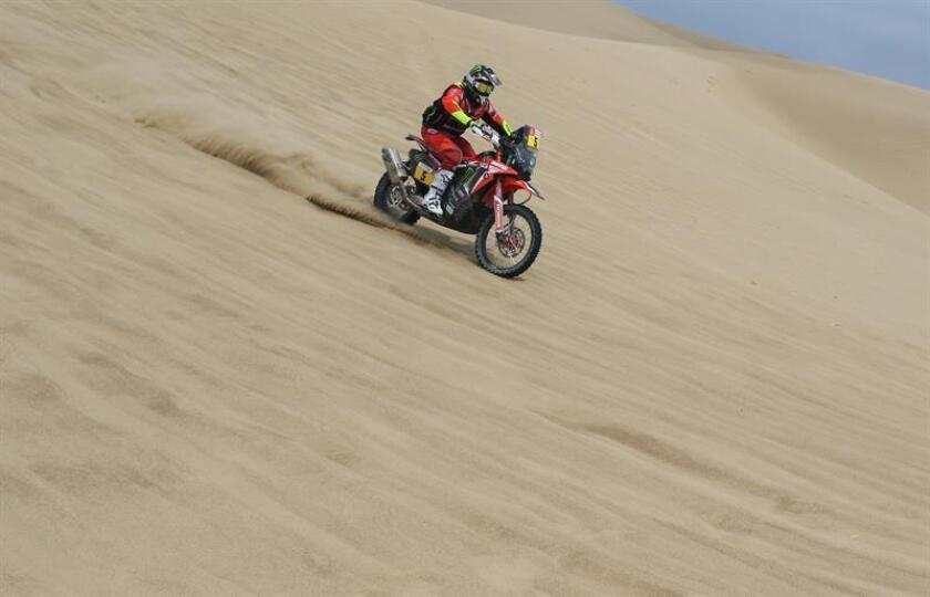 El piloto español Joan Barreda (Honda) corre durante la primera etapa en motos del Dakar 2019 hoy, entre las ciudades de Lima y Pisco (Perú). EFE