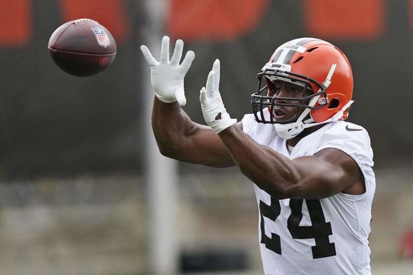 El running back Nick Chubb, de los Browns de Cleveland, atrapa un pase durante una práctica del equipo, el jueves 29 de julio de 2021, en Berea, Ohio. (AP Foto/Tony Dejak)